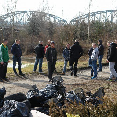Wolontariusze i zebrane śmieci z Starego Fordonu